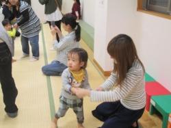 0~1歳のお友達から 運動会ごっこスタートです。 はじめは、ママと一緒にお遊戯(^^)