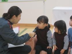 2歳、3歳のお友達にはインタビュー。 「お名前教えてください」