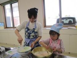 人参とほうれん草を小麦粉に入れて よーく混ぜます。