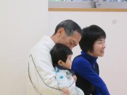 おじいちゃんの抱っこは嬉しいね。